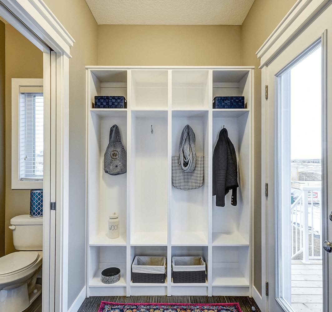 tips-keeping-organized-living-room-closet-image