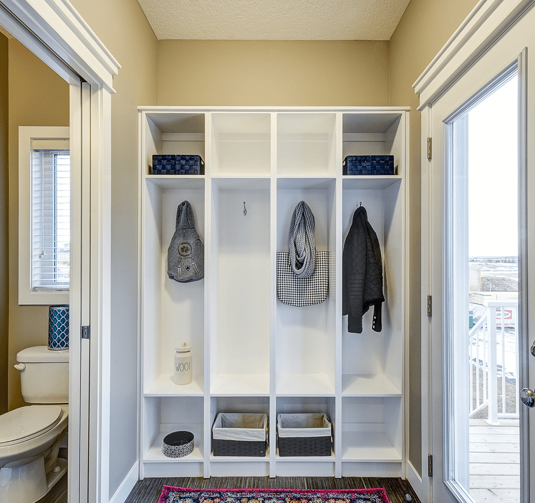 tips-keeping-organized-living-room-closet-image